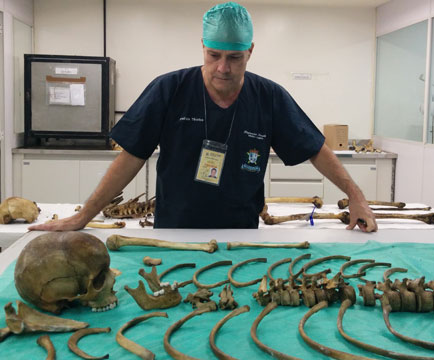 medico-e-ossos-mesa